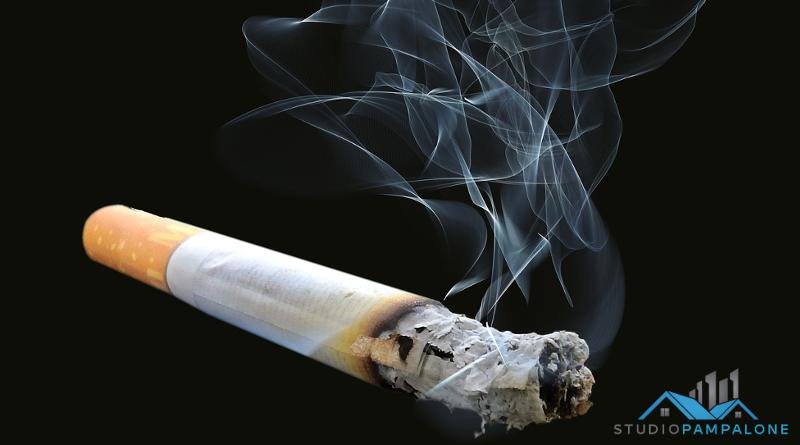 Gettare cicche di sigarette dal balcone è reato